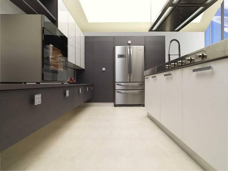 Futura Grigia: la cucina – living.:  in stile  di di donato cucine, Moderno