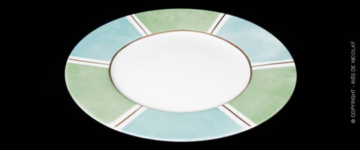 Rayures Bicolores: Salle à manger de style  par Inès de Nicolaÿ