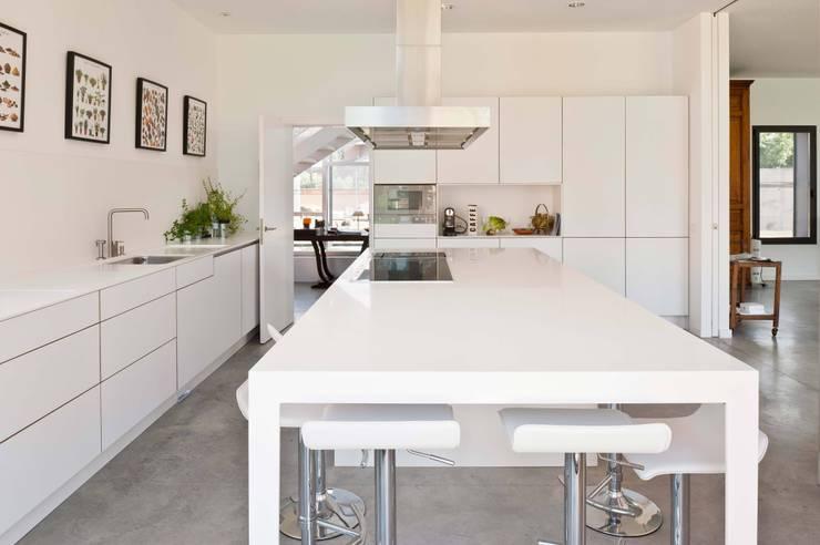 habitación con vistas: Cocinas de estilo  de hollegha arquitectos