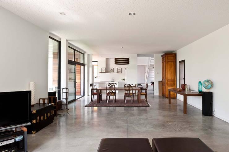 habitación con vistas: Salones de estilo  de hollegha arquitectos
