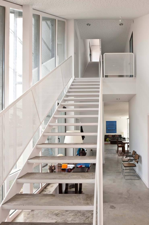 habitación con vistas: Vestíbulos, pasillos y escaleras de estilo  de hollegha arquitectos