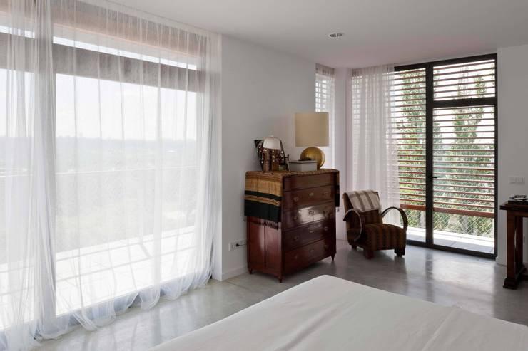 habitación con vistas: Dormitorios de estilo  de hollegha arquitectos