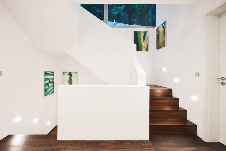Projekty,  Korytarz, przedpokój zaprojektowane przez Helwig Haus und Raum Planungs GmbH