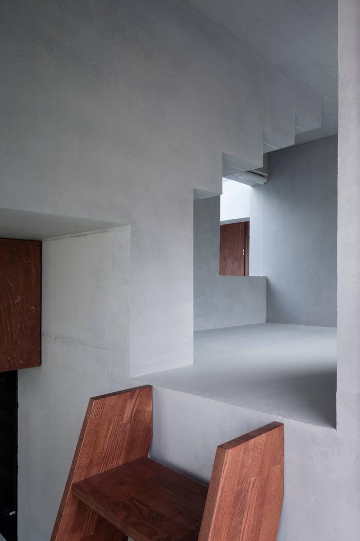 内の家: 坂牛卓一級建築士事務所+O.F.D.A./Taku Sakaushi architects + O.F.D.A.が手掛けた廊下 & 玄関です。,