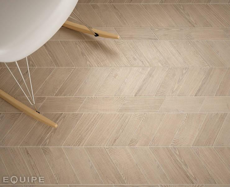 Hexawood Chevron Tan Left & Right 9x20,5.: Paredes y suelos de estilo  de Equipe Ceramicas