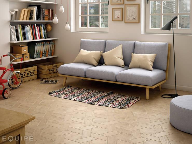 Hexawood Tan 17,5x20 / Chevron Tan Right 9x20,5.: Paredes y suelos de estilo  de Equipe Ceramicas
