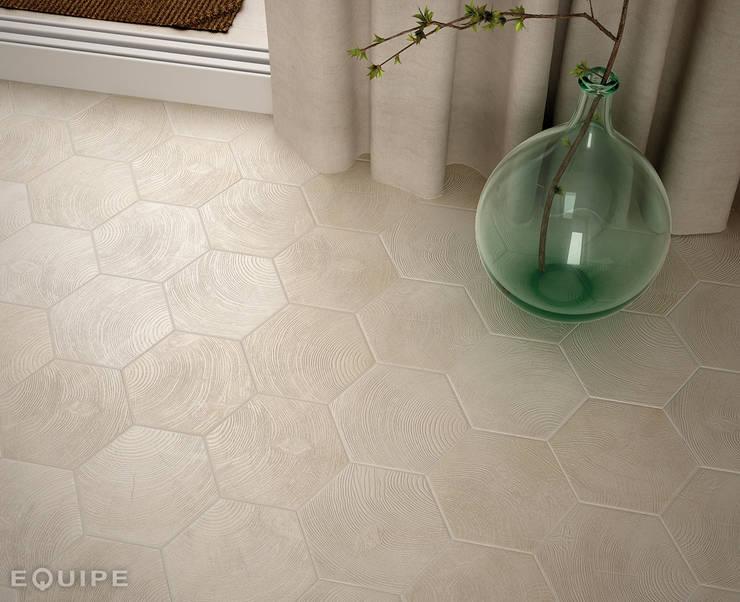 Hexawood White 17,5x20: Paredes y suelos de estilo  de Equipe Ceramicas