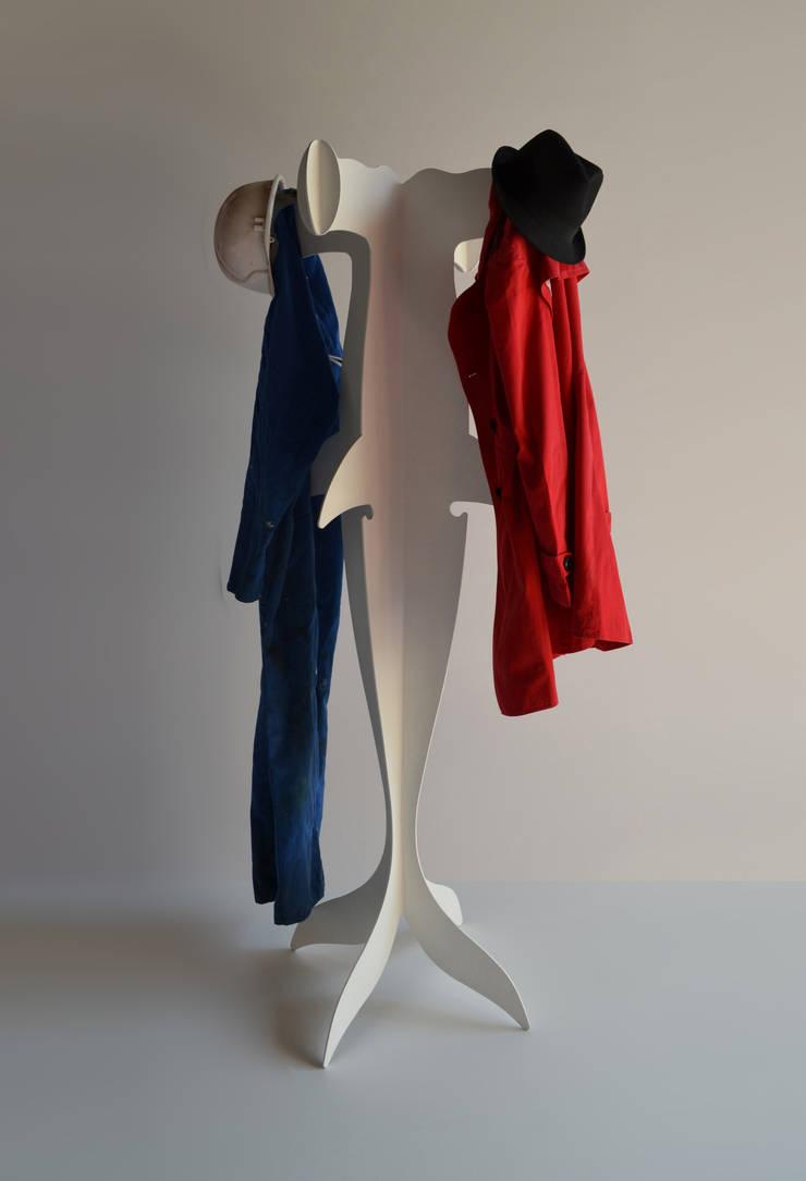 Requin-Manteau: Couloir, entrée, escaliers de style  par DIFFERENT AND DIFFERENT