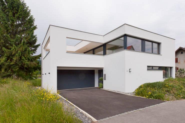 Zufahrt/Zugang: moderne Häuser von Catharina Fineder Architektur