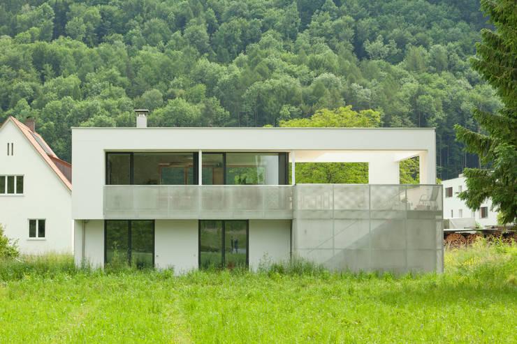 Aussenfassade offen: moderne Häuser von Catharina Fineder Architektur