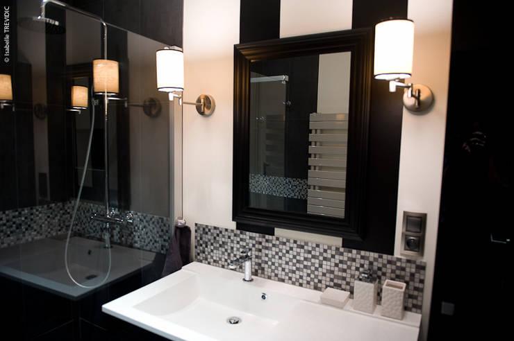 SALLE DE BAIN NOIR ET BLANC: Salle de bains de style  par COULEUR DE VIE Coaching Déco