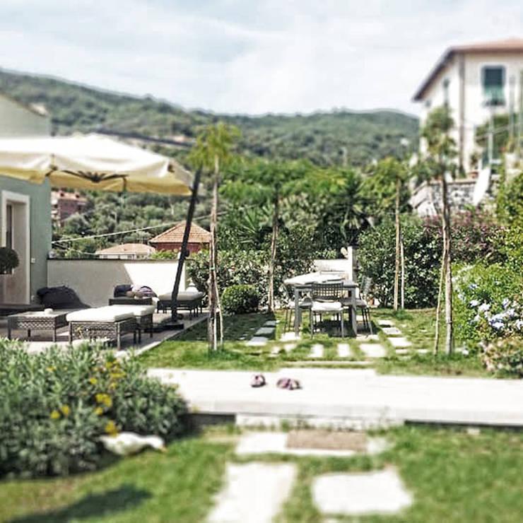 campagna in città: Giardino in stile  di Studio S.O.A.P.