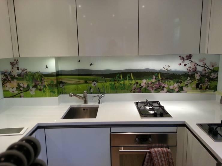 British  countryside art splashback:  Kitchen by Glartique Ltd