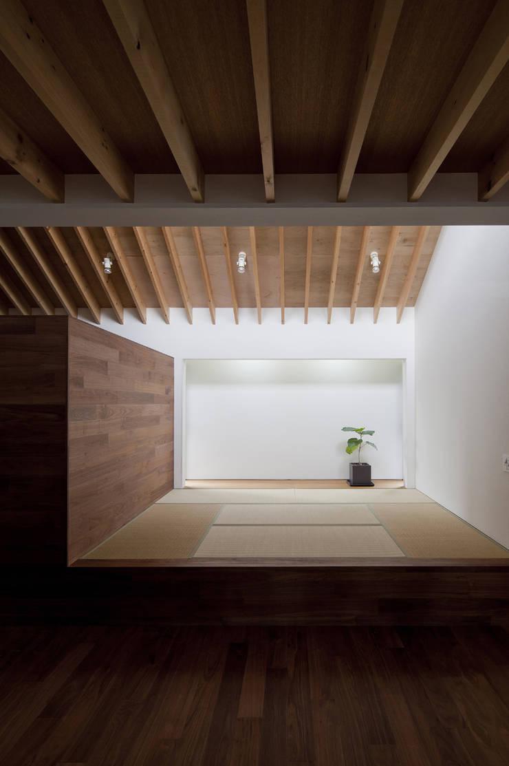 凹屋根の家 No.2: Jun Yashiki & Associatesが手掛けた和室です。
