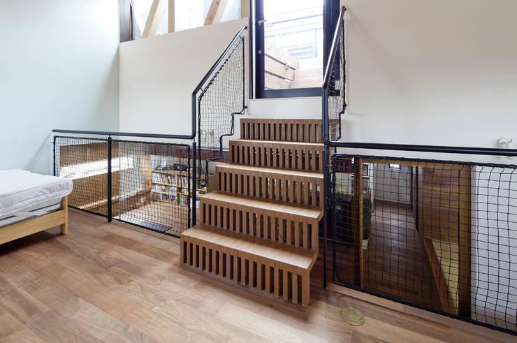 凹屋根の家 No.2: Jun Yashiki & Associatesが手掛けた廊下 & 玄関です。