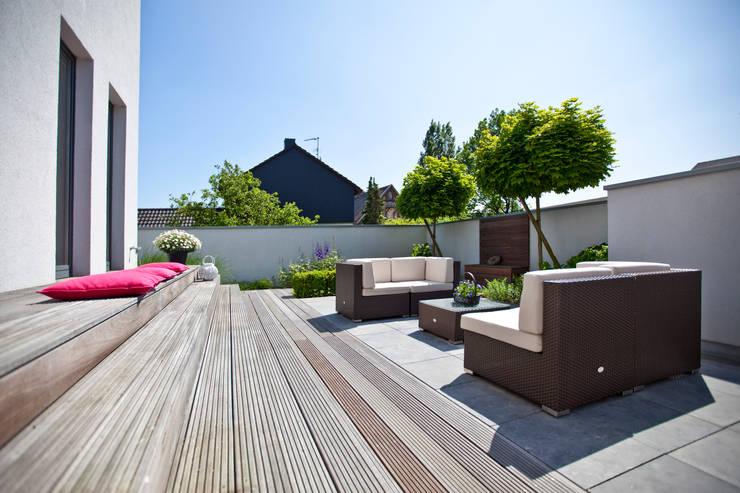 Minimalist balcony, veranda & terrace by +grün GmbH Minimalist
