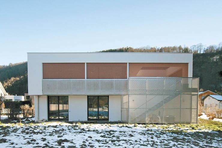Aussenfassade geschlossen: moderne Häuser von Catharina Fineder Architektur