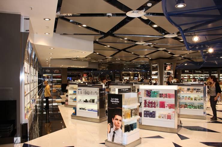 Comercio en aeropuerto El Prat (Barcelona): Espacios comerciales de estilo  de URBAQ arquitectos