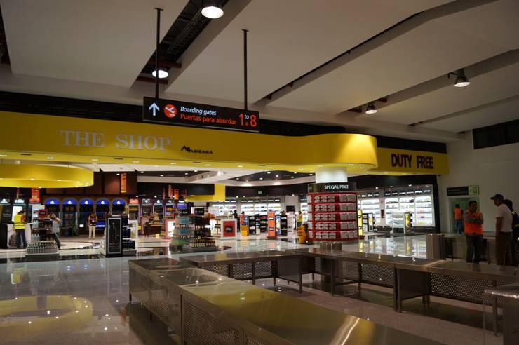 Comercio en aeropuerto Los Cabos (Mexico): Espacios comerciales de estilo  de URBAQ arquitectos