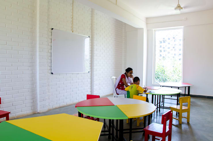 Classroom - textured walls:  Schools by M+P Architects Collaborative