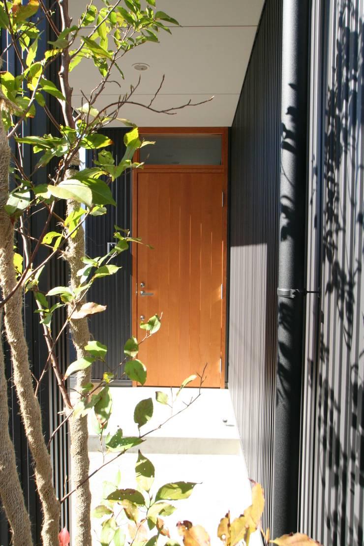 ちいさくつくる家: 清水建築設計室が手掛けた窓です。