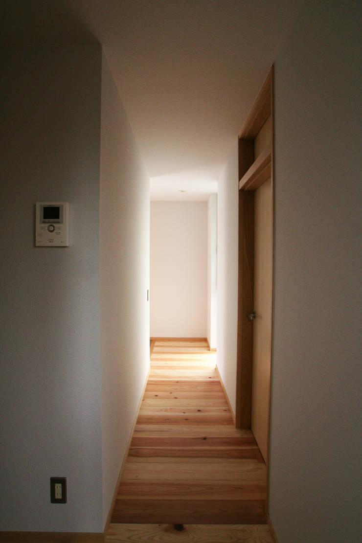 ちいさくつくる家: 清水建築設計室が手掛けた廊下 & 玄関です。