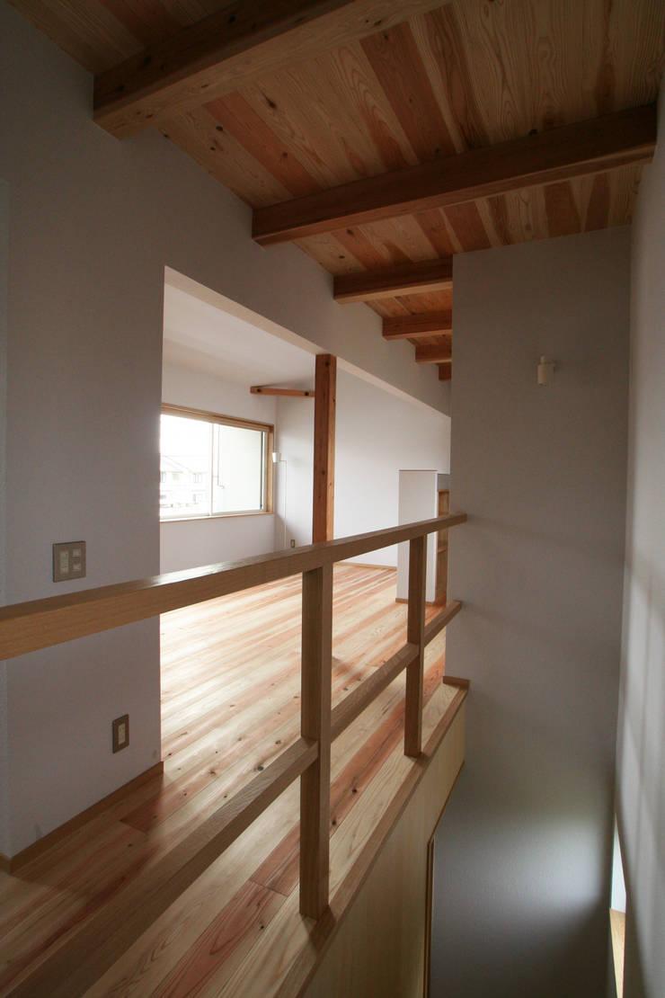 ちいさくつくる家: 清水建築設計室が手掛けたリビングです。
