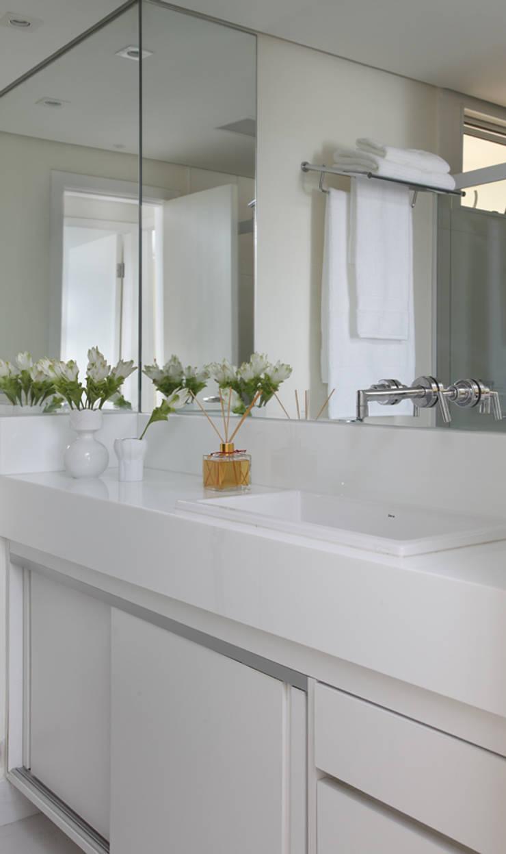 Nova chance ao apê: Banheiros minimalistas por Lore Arquitetura