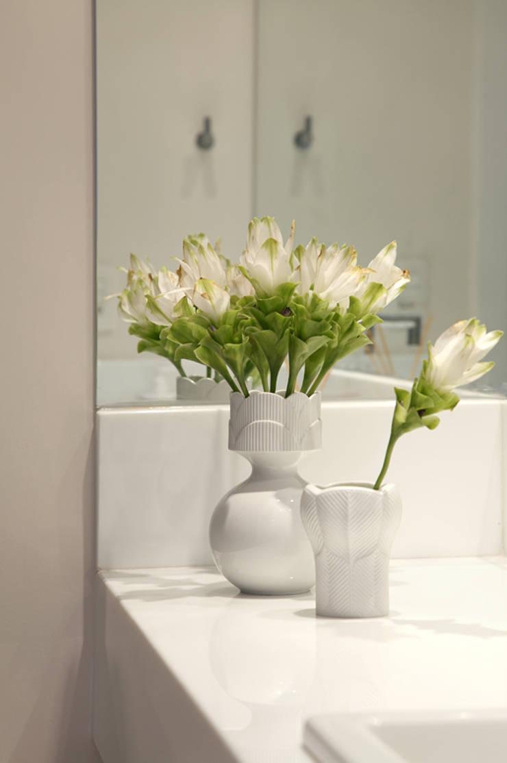 Nova chance ao apê: Banheiro  por Lore Arquitetura