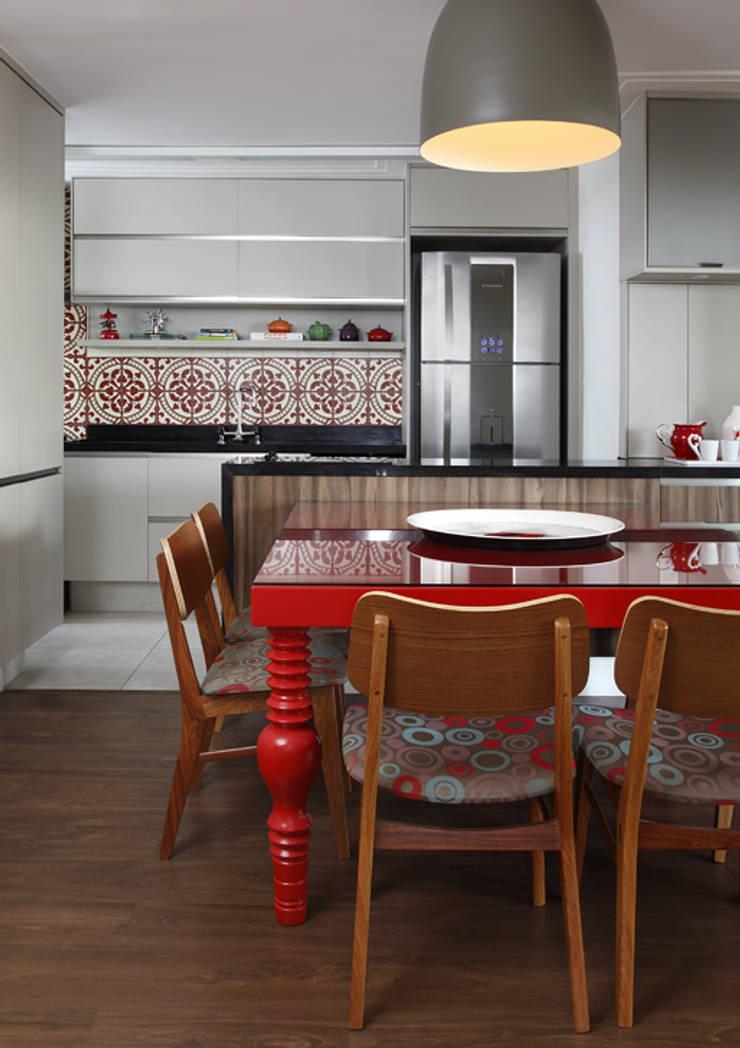 Nova chance ao apê: Cozinhas tropicais por Lore Arquitetura
