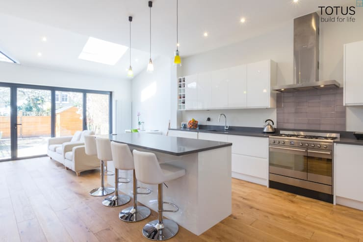 Extension in Sheen, SW14:  Kitchen by TOTUS