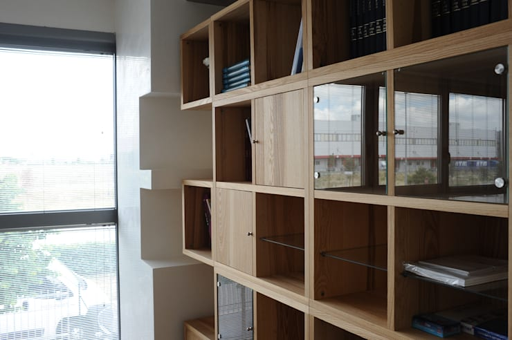 Impresa Puligest: Sala multimediale in stile  di archbcstudio