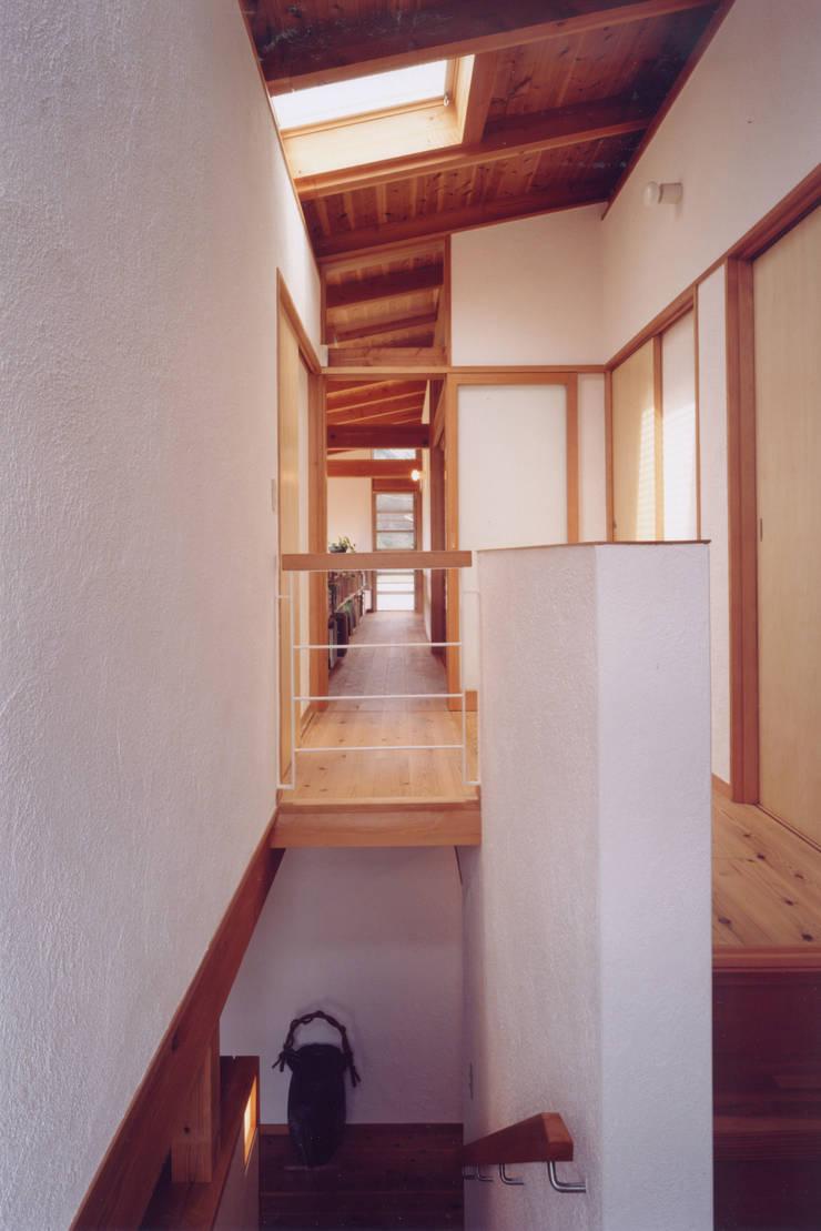 2階の通風廊下: ARKSTUDIO一級建築士事務所が手掛けた廊下 & 玄関です。