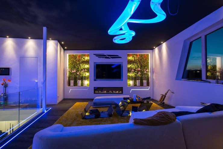 Modernes Wohnzimmerdesign mit LED und Gaskamin:  Wohnzimmer von FLOW.Architektur