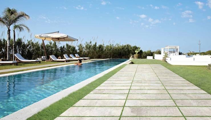Plaza Yapı Malzemeleri – Havuz Kenarı & Bahçe:  tarz Havuz
