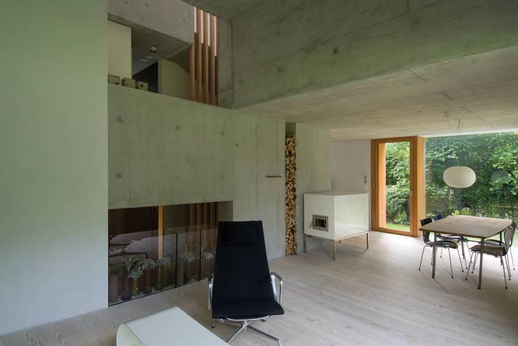 Zwei Wohnkulturen unter einem Dach: moderne Arbeitszimmer von Halle 58 Architekten