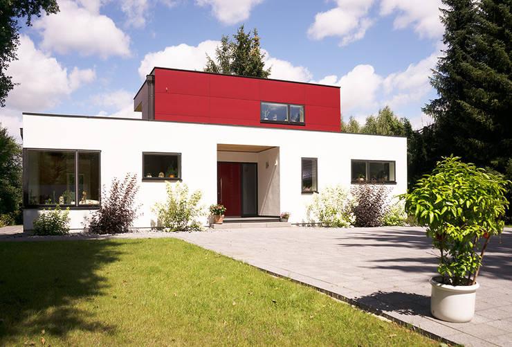 Casas de estilo moderno por MAX-Haus GmbH