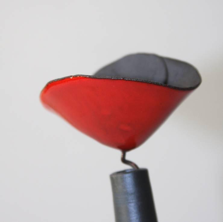 Soliflore coquelicot, détail: Maison de style  par poterie Kohut