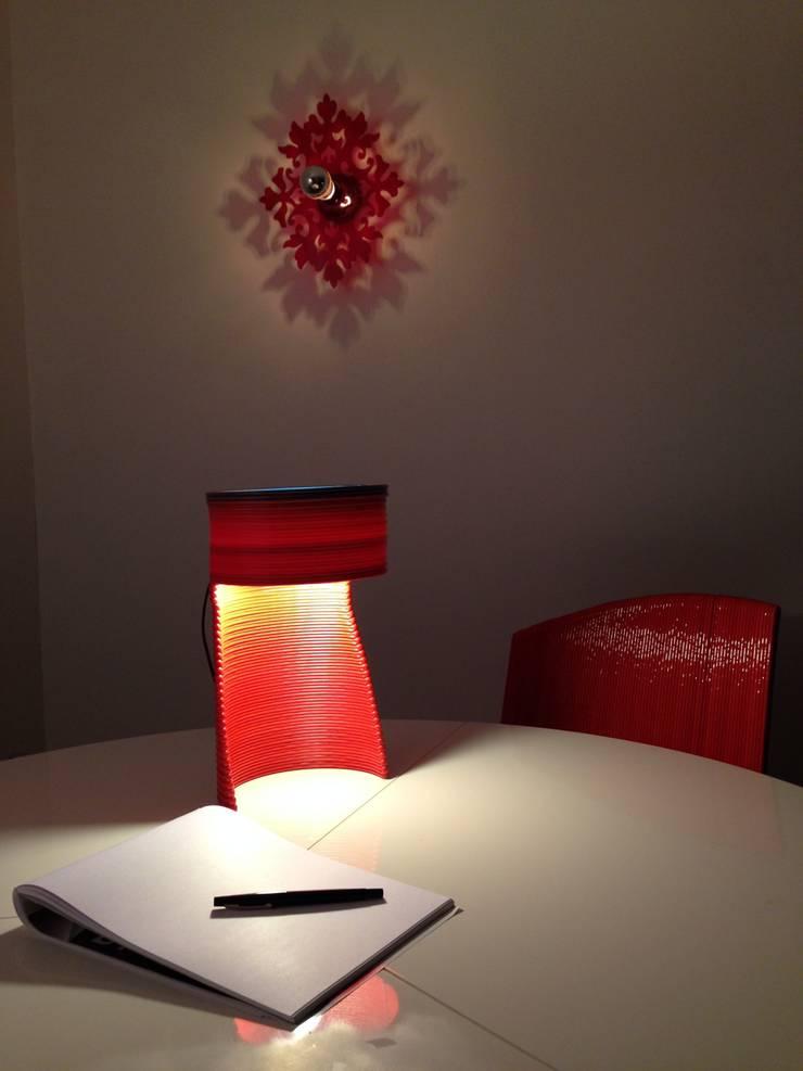 dégradé bleu et rouge: Bureau de style de style Moderne par DRAWN