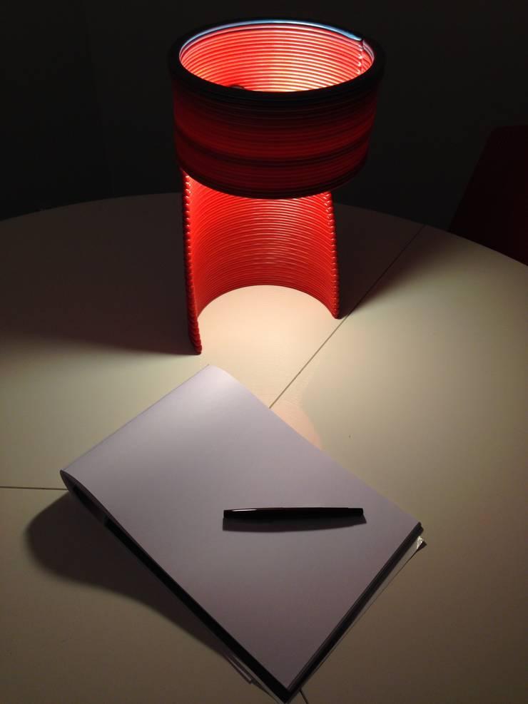 Lampe de bureau L1: Bureau de style de style Moderne par DRAWN