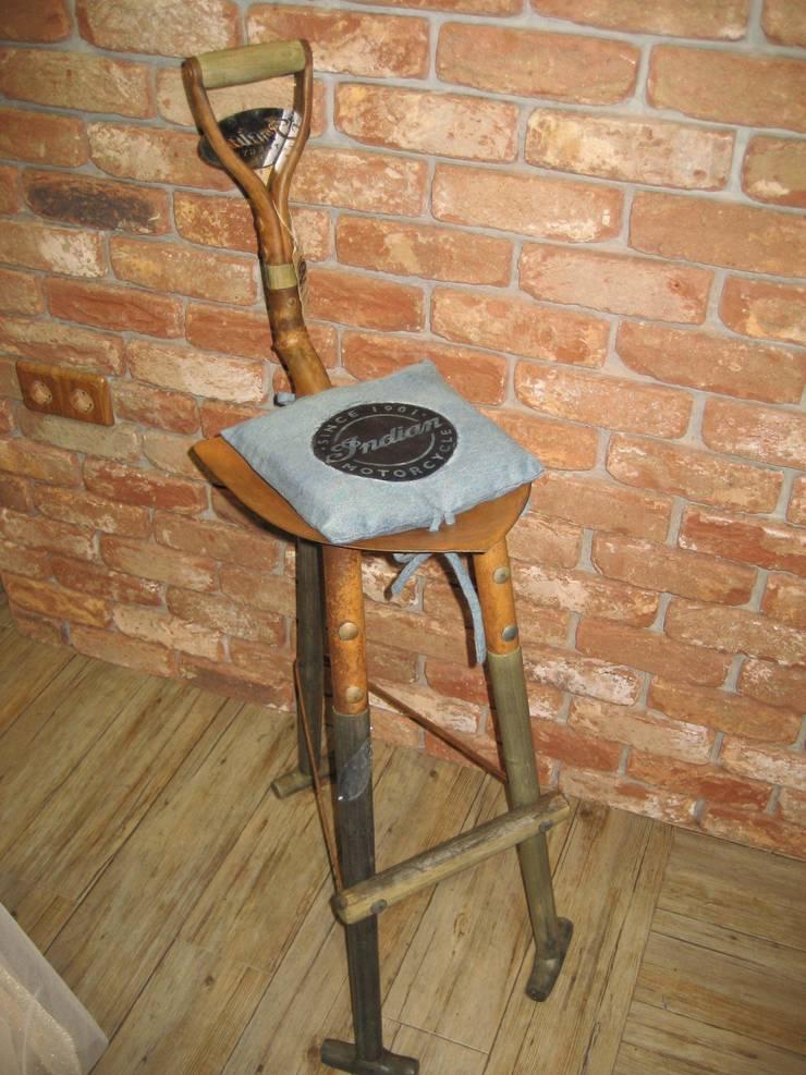 TABURETE PALA: Salones de estilo  de muebles radio vintage