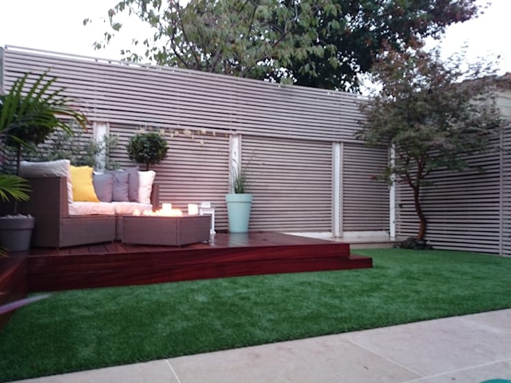 Small courtyard garden:  Garden by Paul Newman Landscapes