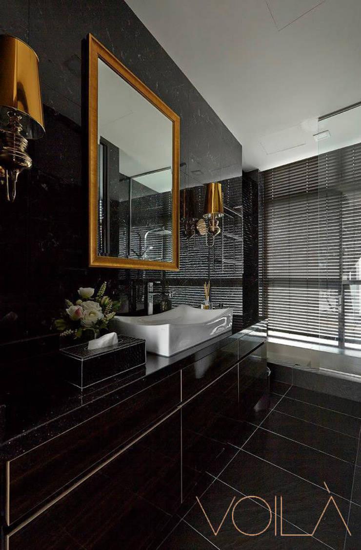 Chancery Lane:  Bathroom by VOILÀ Pte Ltd,