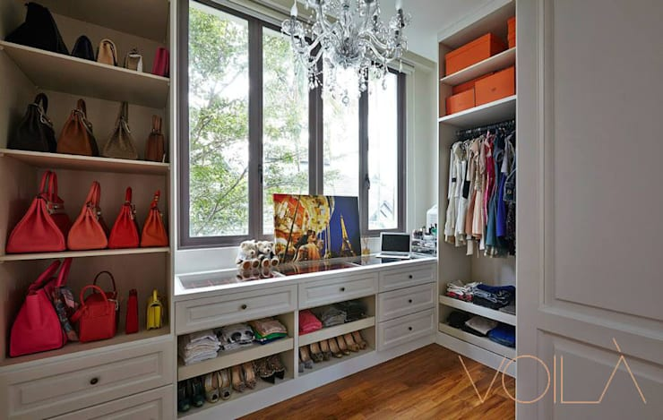 Walk in closet de estilo  por VOILÀ Pte Ltd