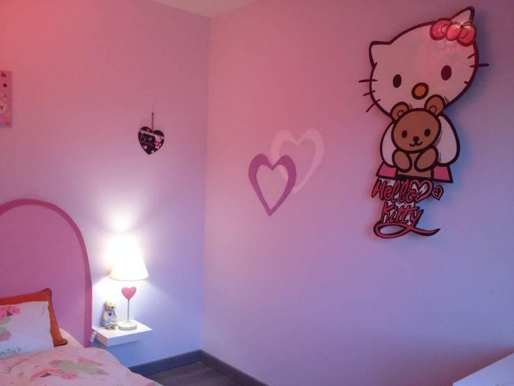 Chambre Hello Kitty: Chambre d'enfant de style  par Adriana Art Déco