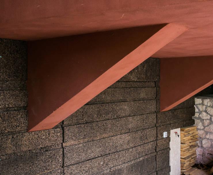 CASA RICCARDO <q>una lanterna tra i cipressi</q>: Case in stile  di Orlando Lanza Architetto
