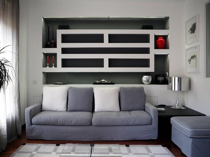 VIA CORREGGIO. MILANO. Trasparenze grigioargento. : Case in stile  di Luigi Brenna Architetto
