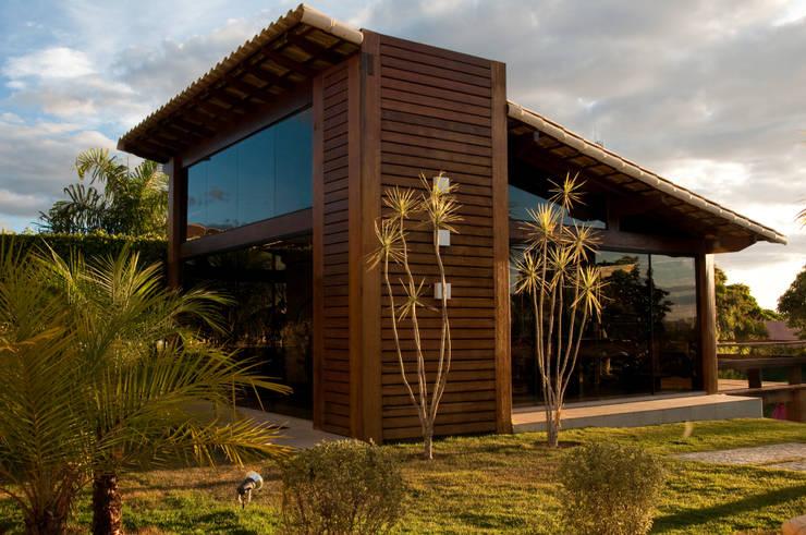 CASA COM VIDRO E MADEIRA: Casas  por NATALIE TRAMONTINI ARQUITETURA E INTERIORES