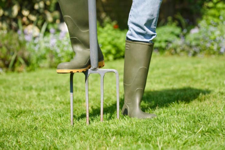 I nostri servizi di manutenzione: ARIEGGIATURE .: Giardino in stile  di Dal Ben Giardini,