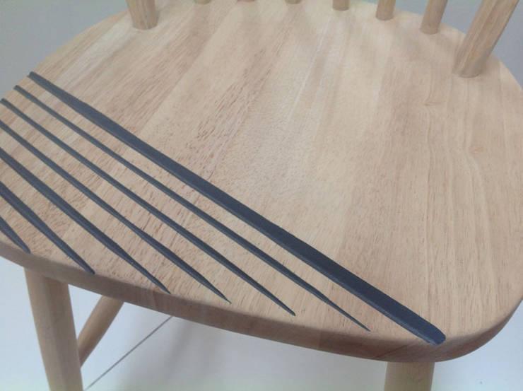 Les 2 chaises : Maison de style  par mademoiselle fabrique